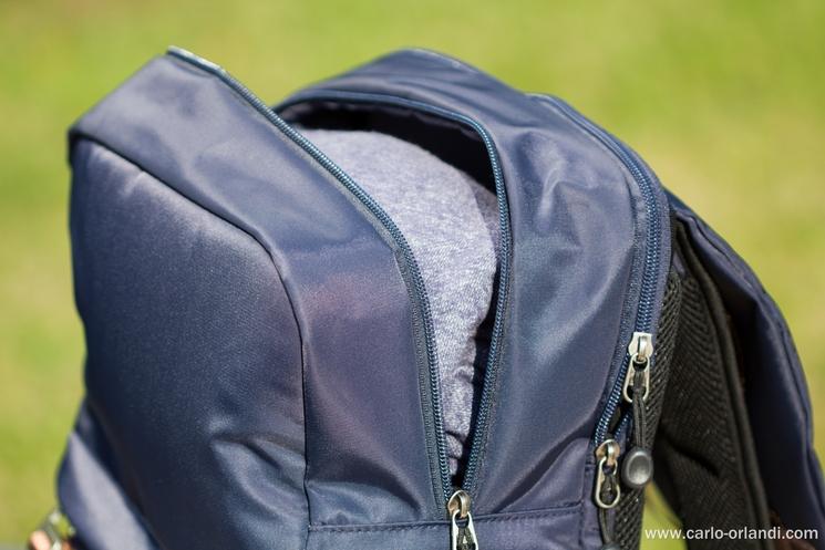 La tasca superiore dello zaino.