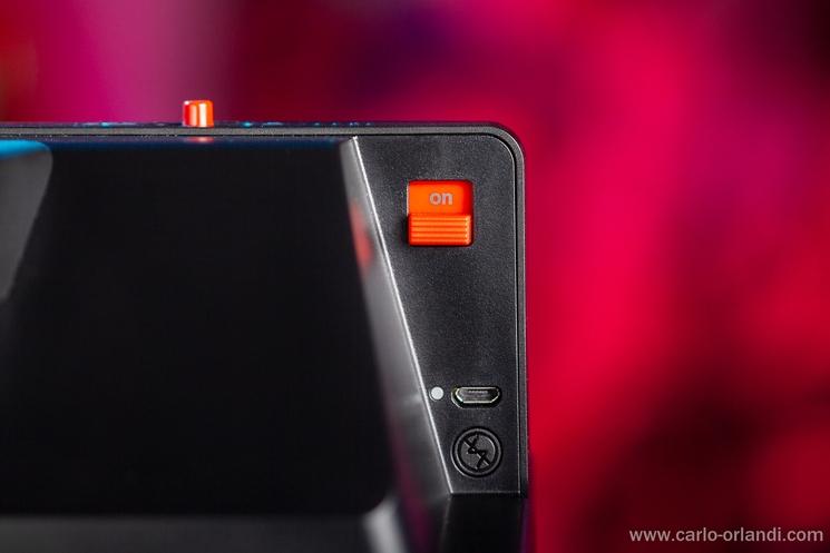 Il tasto di accensione, l'attacco micro-usb per la ricarica e il tasto per disattivareil flash.