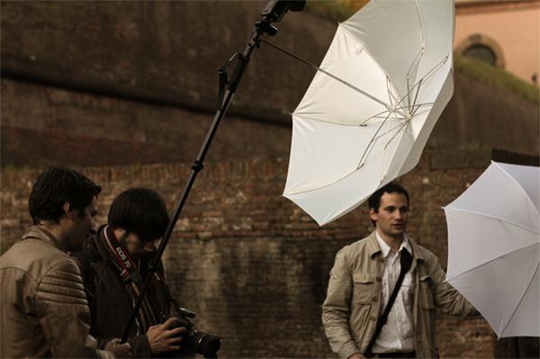 Pietro, Isio e io con intorno il set utilizzato per gli scatti con il muro sullo sfondo. Un grazie per la foto ad AmphybiouS!