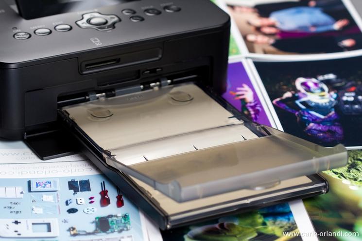 Il cassetto con la carta fotografica in posizione di stampa.