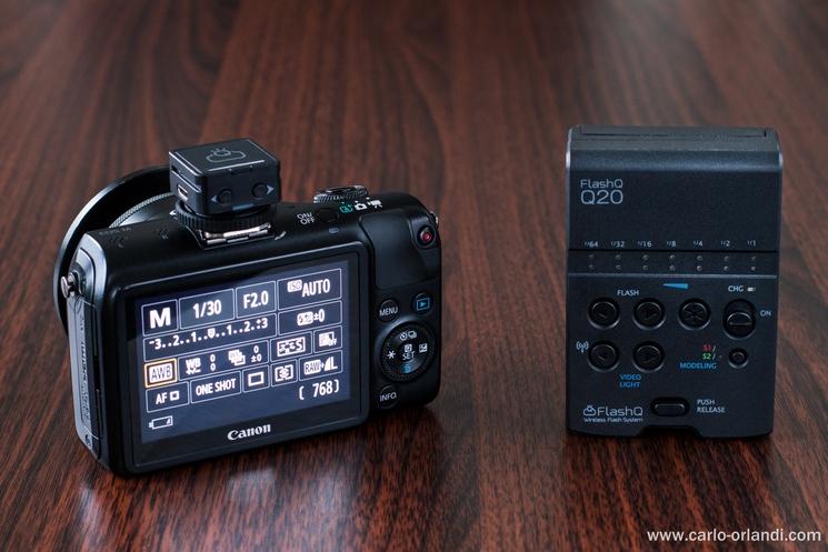 Il FlashQ Q20 staccato dalla macchina fotografica.