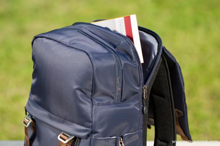 La tasca posteriore che corre lungo tutto il dorso dello zaino-